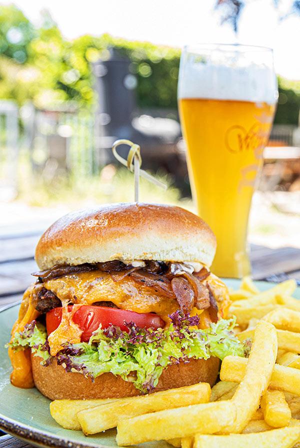 hamburger und pommes im restaurant der farm